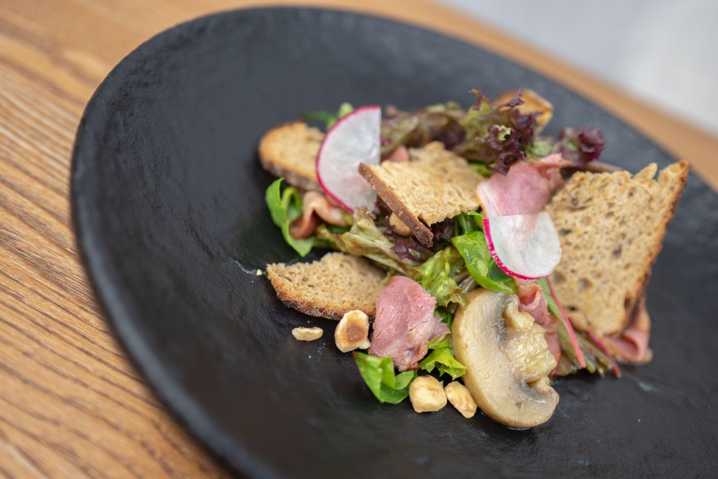 Salát s uzeným kachním prsem